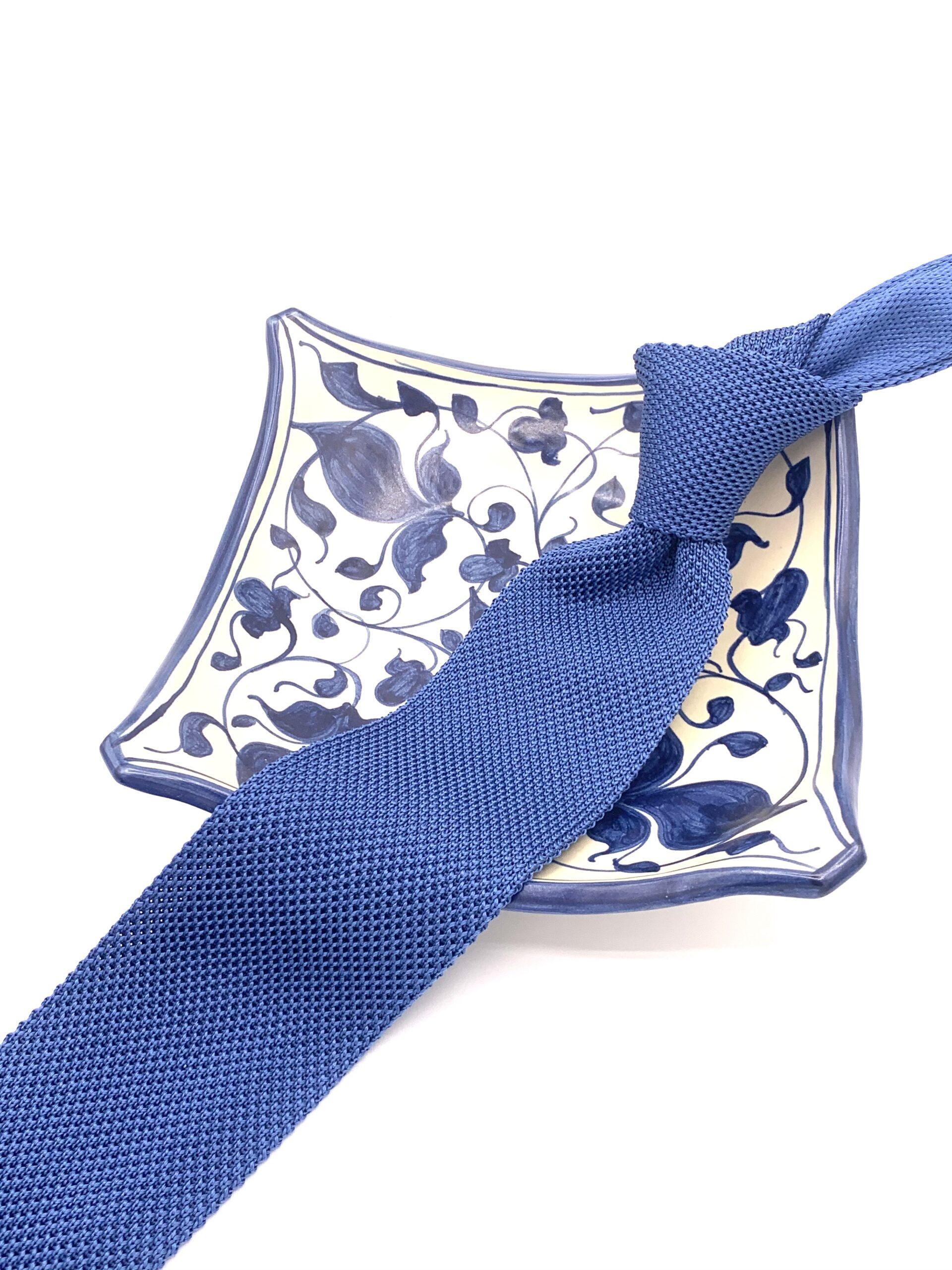 cravatta di maglia azzurra